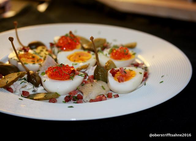 Eiersalat mit geräucherter Forelle, Forellenkaviar, Fleischsalat und krossen Schinkenwürfeln
