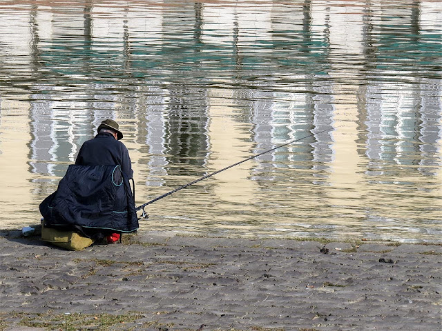 Fishing in the river Arno, Pescaia di Santa Rosa, Florence