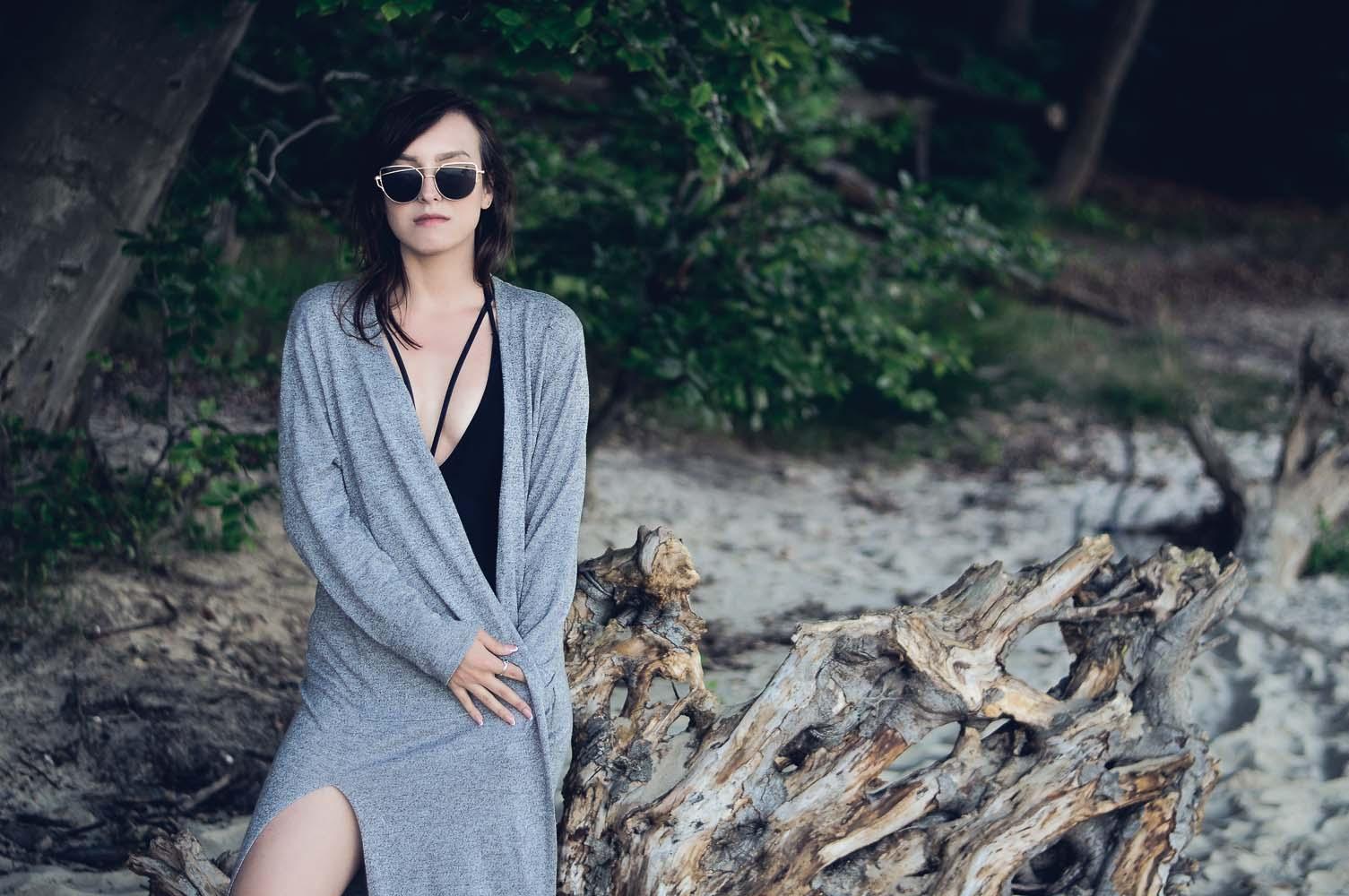 straps swimwear swimsuit strój kąpielowy ramiączka na dekolcie blog jednoczęściowy czarny wyciety