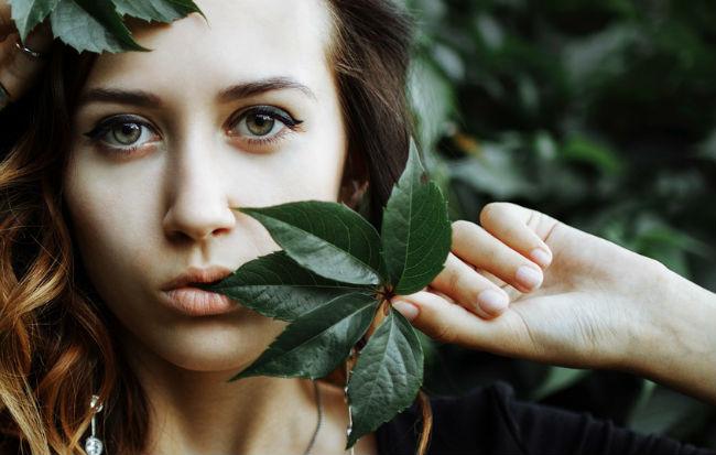 Donna dalla pelle bella grazie alle erbe