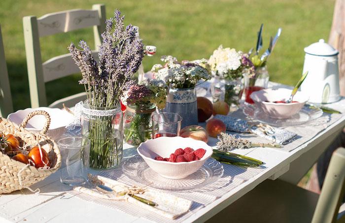 decorar una mesa de verano inspirada en la provenza. Mesa provenzal, flores, fruta, luz, verano