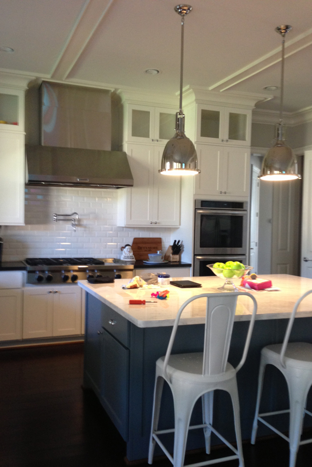 the peak of tr s chic fresh fun living room design. Black Bedroom Furniture Sets. Home Design Ideas