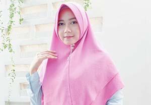Izzah Ajrina Pakai Hijab Pink