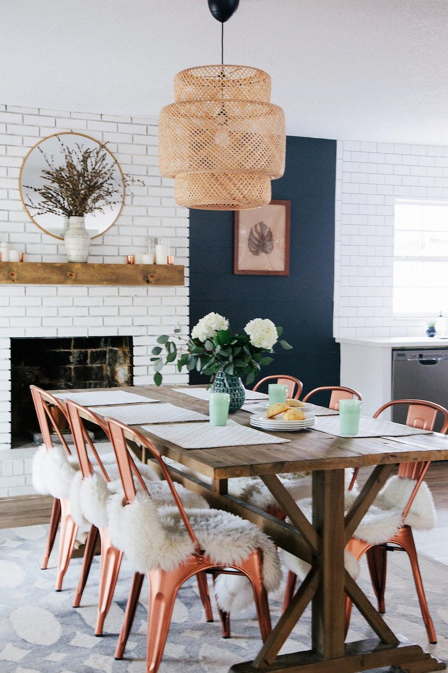 Modna biała kuchnia z jadalnią, wystrój wnętrz, wnętrza, urządzanie domu, dekoracje wnętrz, aranżacja wnętrz, inspiracje wnętrz,interior design , dom i wnętrze, aranżacja mieszkania, modne wnętrza, klasyczna kuchnia, biała kuchnia, kitchen, skandynawska kuchnia, projekt kuchni, jadalnia, styl klasyczny, styl industrialny, styl rustykalny, miedziane dodatki, industrialne krzesła