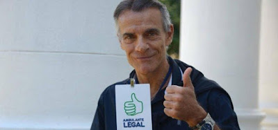 Ex-galã da Globo consegue licença de ambulante para vender sanduíches