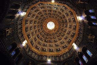 la coupole hexagonale est surmontée d'une lanterne dorée que l'on doit au Bernin