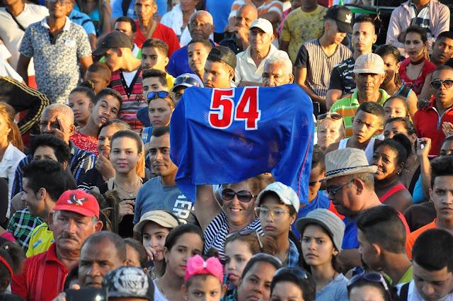 Los peloteros de Granma que se coronaron campeones en la 57 Serie Nacional de Béisbol fueron agasajados ayer por cientos de personas en la Plaza de Fiestas de Bayamo