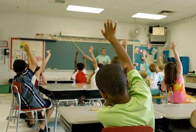 imagen maestro+alumnos+clase