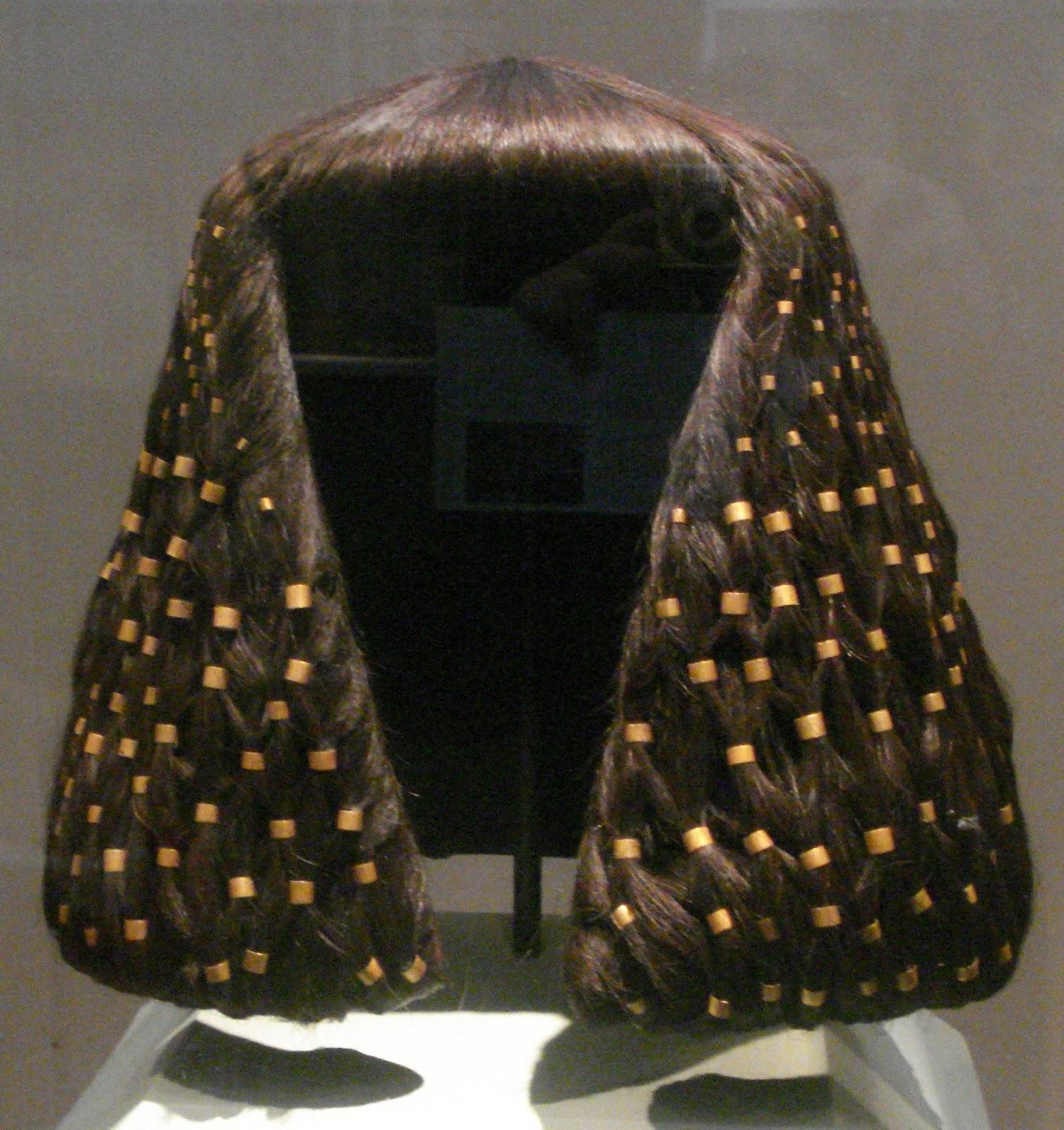 Casada adornando la cabeza al marido - 1 5