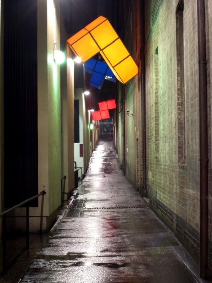 Instalacion urbana tetris gigante con iluminacion