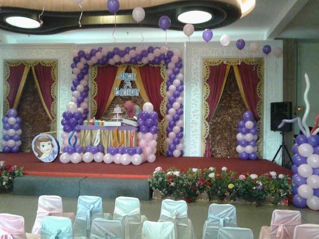 dekorasi balon dan backdrop styrofoam ukiran ulang tahun
