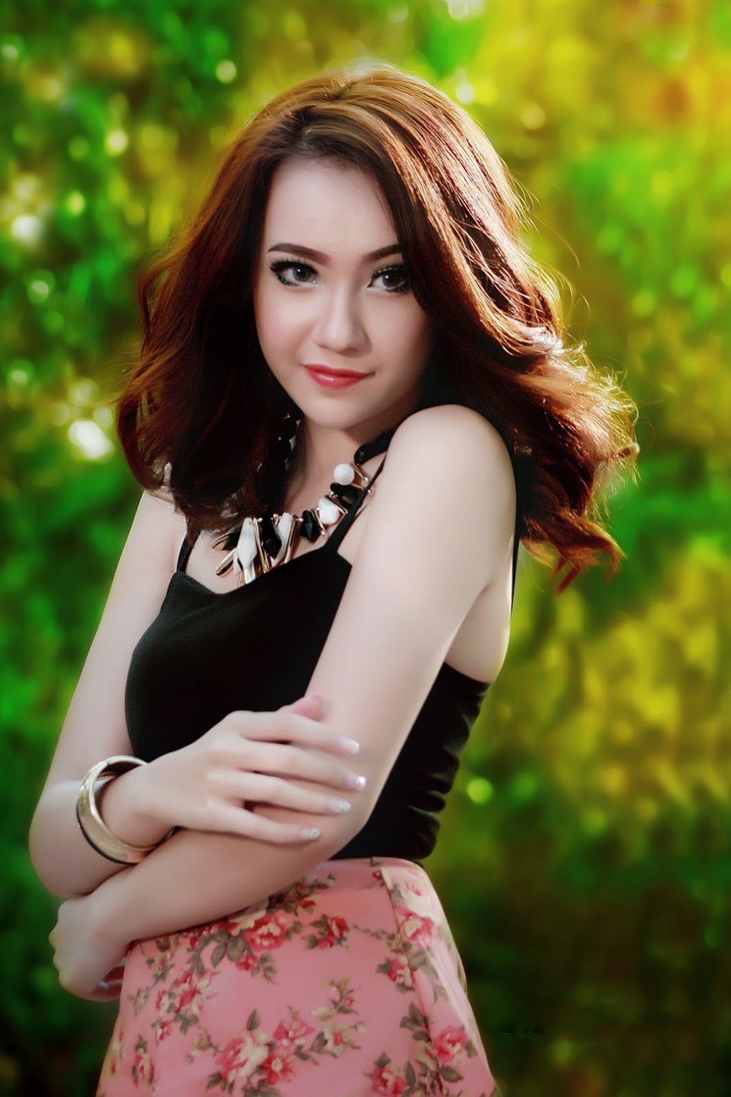 konsep foto Model Winny Valencia senyum sinis model