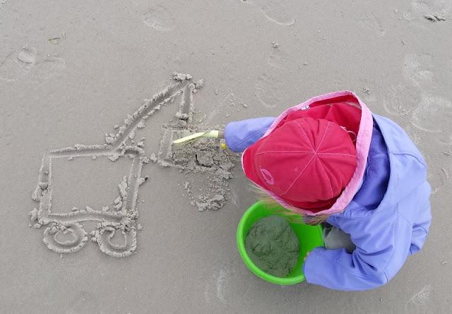 Drei einfache Strandspiele, für die Ihr nichts als Eure Hände braucht: Ganz kleine Kinder können auch mitspielen!