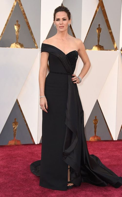 Jennifer Garner in a black Atelier Versace gown at the Oscars 2016