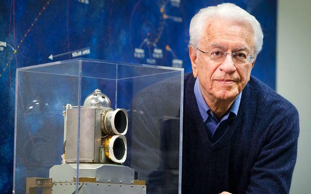 Την περασμένη Τρίτη ο διακεκριμένος Έλληνας αστροφυσικός της NASA και ακαδημαϊκός, δρ Σταμάτης Κριμιζής, τιμήθηκε με μία ακόμη σημαντική διάκριση: το Space Flight Award, το οποίο έχει απονεμηθεί στο παρελθόν στο Neil Armstrong, τον John Glenn, τον James Van Allen, τον Burt Rutan, φέτος, επίσης, στον James Lovell (Apollo 13).