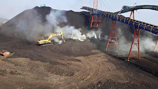 Batubara di stock pile terbakar