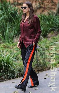 イリーナ・シェイク(Irina Shayk)は、ジバンシィ(Givenchy)のサングラス&シャツ&シルクパンツ、シャネル(Channel)のレースアップブーツを着用。