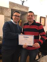 Manolo de Merparket con su diploma Deva