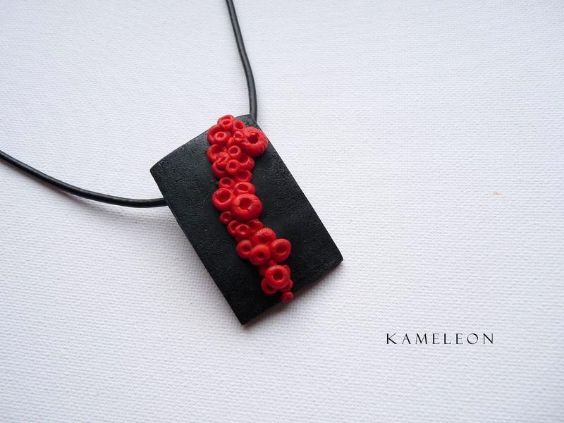 cb5f627f8cc3 Poniżej czarno czerwony komplet biżuterii od podstaw wykonany ręcznie.  Wisior 3x5 cm