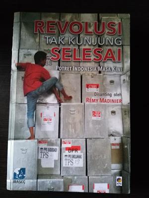 Cover Buku Revolusi Tak Kunjung Selesai, Potret Indonesia Masa Kini