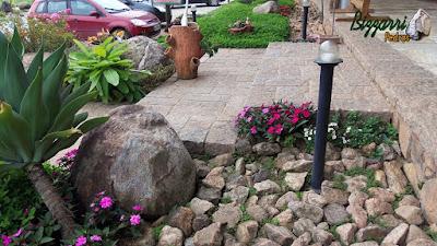 Pedra paralelepípedo para execução de piso de pedra no patamar da escada de pedra no jardim.
