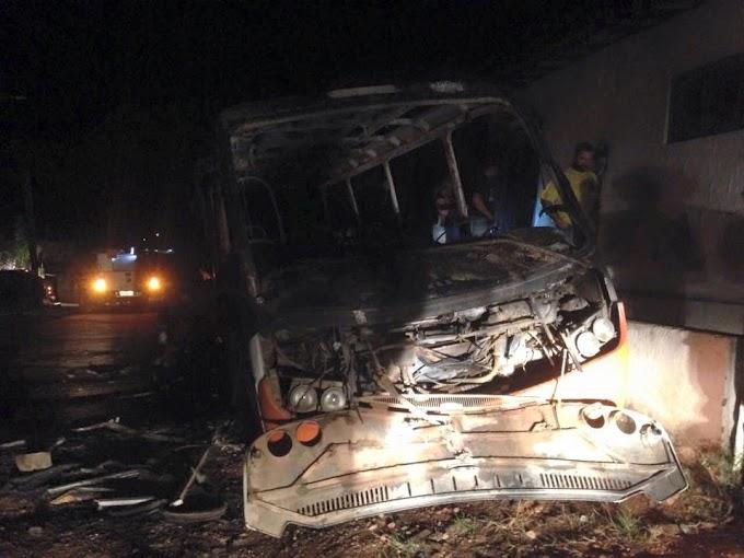 Bandidos queimam veículos e depredam Câmara Municipal, em São Paulo do Potengi