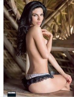 Africa Zavala sentada en topless