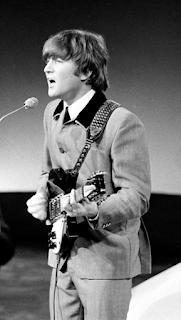 Ο Τζον Λένον το 1964, κατά τη διάρκεια ζωντανής εμφάνισης των Beatles