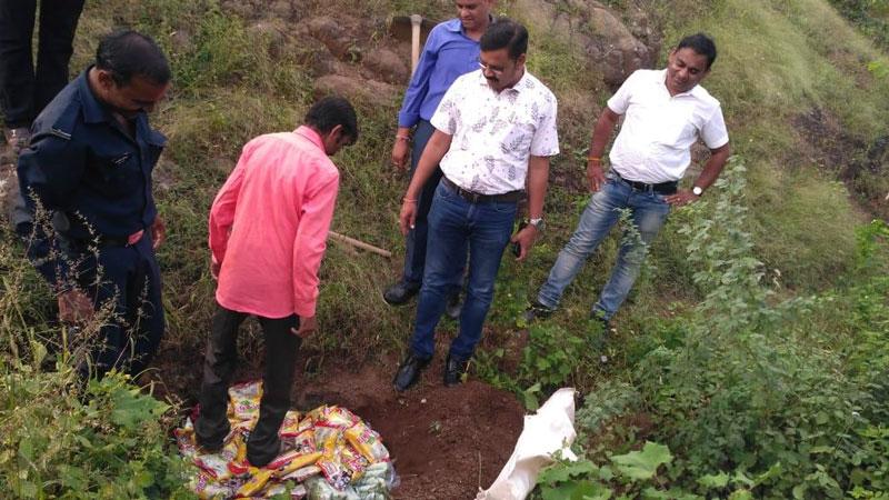 Alirajpur News-Sondawa News-अलीराजपुर एसडीएम के नेतृत्व में एक्सपायरी खाद्य और पेय पदार्थ जप्त कर नष्टीकरण की कार्यवाही की