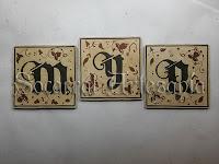 Socarrats con las iniciales de los dueños de la casa.