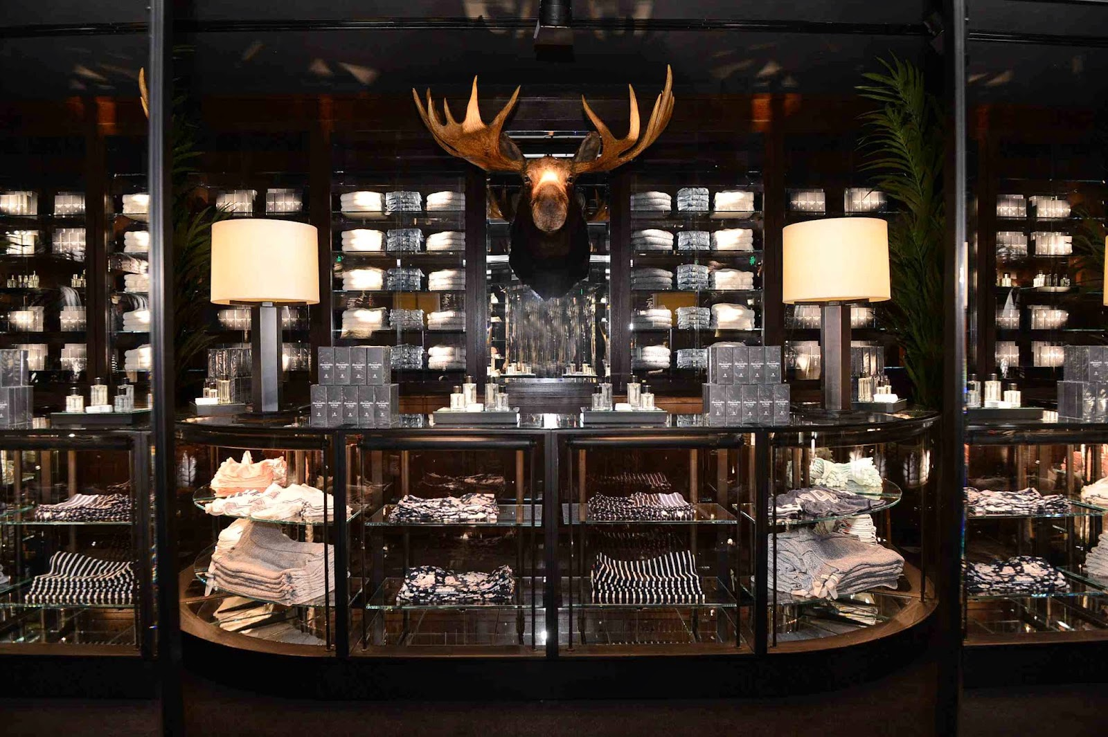 Abercrombie et Fitch | Store design, Office board ...