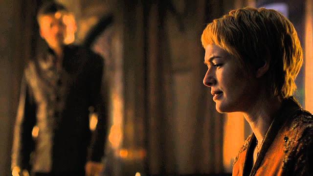 Cersei com olhar triste, Jaime a observa no fundo