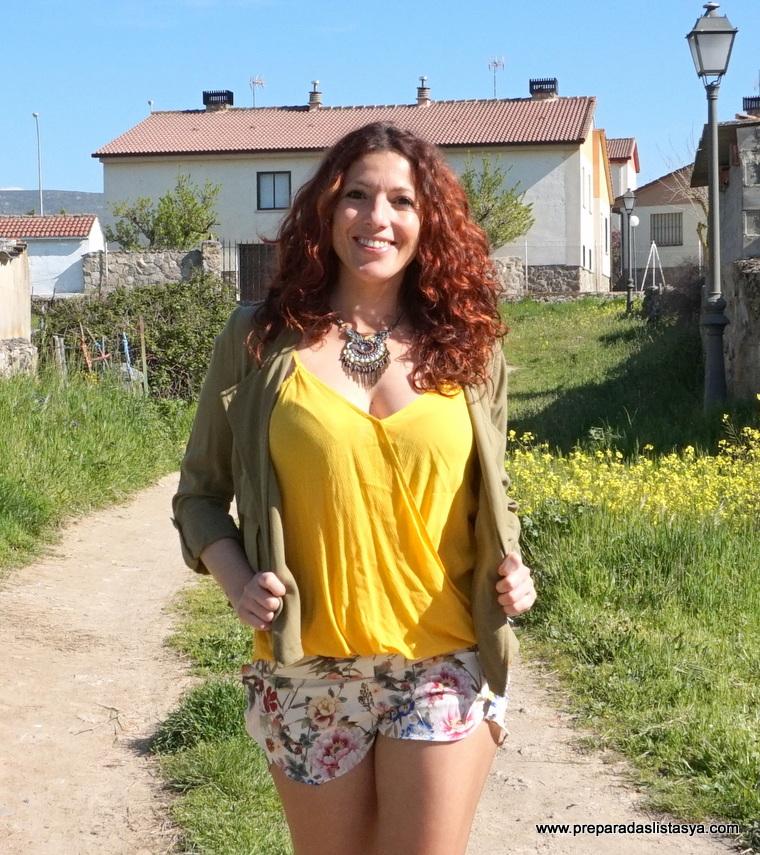 Camiseta amarilla escote pico