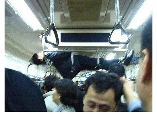 As fotos mais estranhas e inexplicáveis de todos os tempos - parte 3 - Dormindo nos apoios do trem