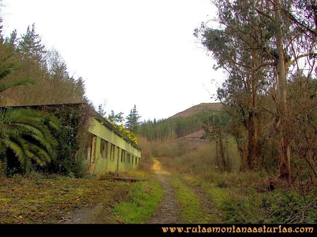 Rutas Montaña Asturias: Instalaciones abandonadas camino de Peña Escrita