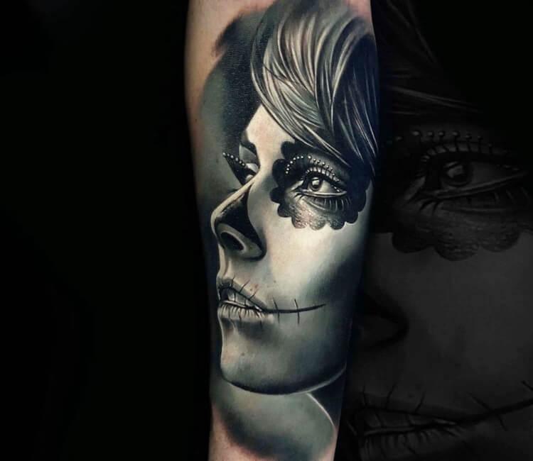 Tatuaje de un rostro de catrina en grises