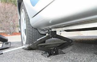 Cara Mengganti Ban Mobil Avanza yang bocor Mendadak