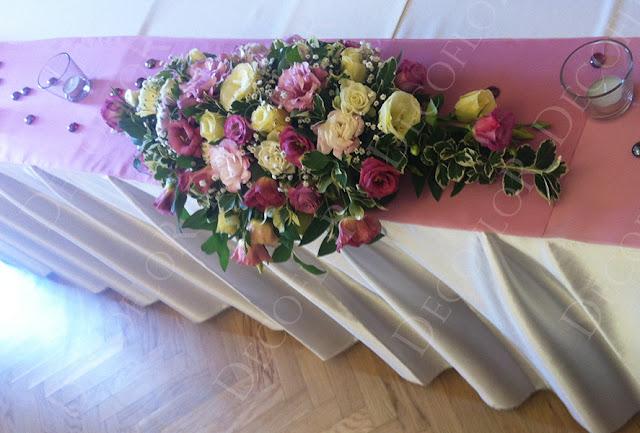 esküvői főasztaldísz mályva rózsaszín liziantuszból