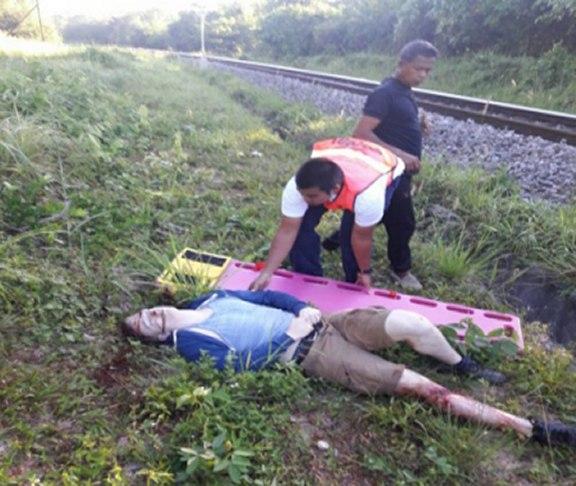 Лежит на земле после падения с поезда