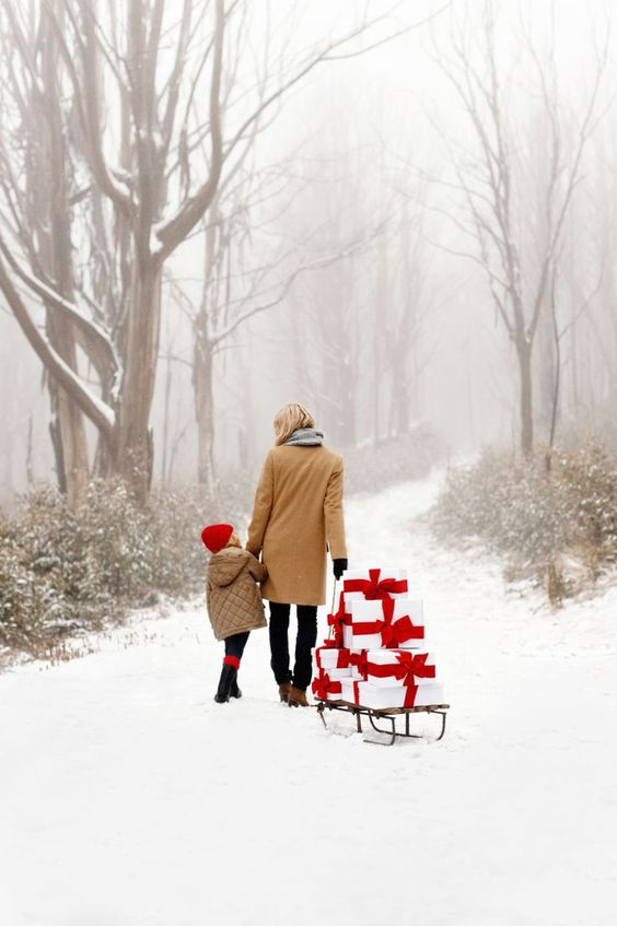Ravacholle Lifestyle Blog | Activities Ideas for your Advent Calendar. Simple, minimalist, lady and her children in a snowy forest