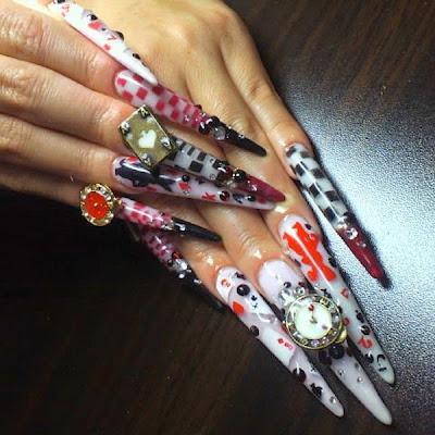 Uñas decoradas estilo  gótico o puntiagudas muy coloridas.