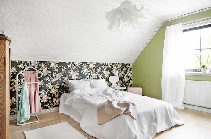 dormitorio abuhardillado con papel de flores. Casa de campo para soñar
