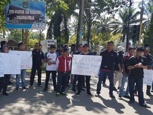 Foto Demo Didepan Halaman Kantor BI Perwakilan Sulbar Beberapa Waktu yang Lalu