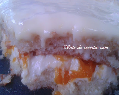 Bolo gelado com recheio de pêssego