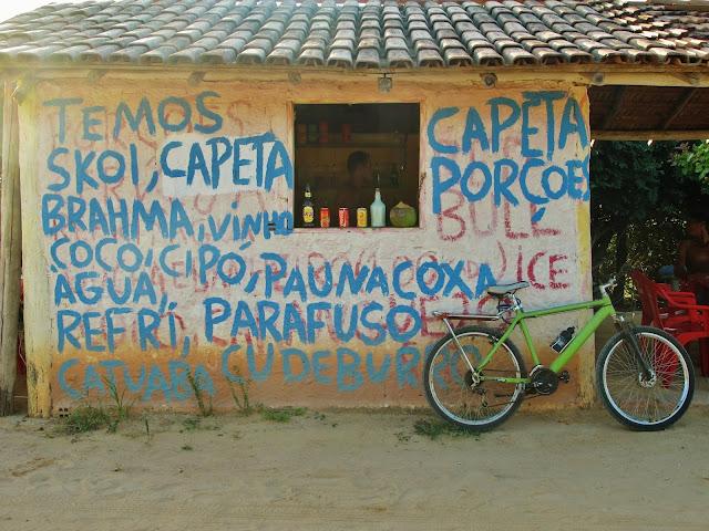Bar em frente às Dunas de Itaúnas, no Espírito Santo.
