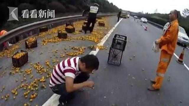 Supir Truk Ini Menangis di Tengah Jalan, Bukan Karena Kecelakaan Tapi Karena Hal Ini.