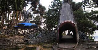 Gerbang ke Bukit Berbentuk Ikan Hiu