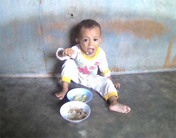 foto anak makan'