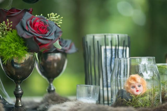 halloween+wedding+black+white+blue+red+rose+autumn+spooky+doll+head+skeleton+skull+wedding+reception+table+bouquet+offbeat+weird+unique+alternative+goth+gothic+bride+groom+kim+truelove+photography+9 - The Living meet the Dead