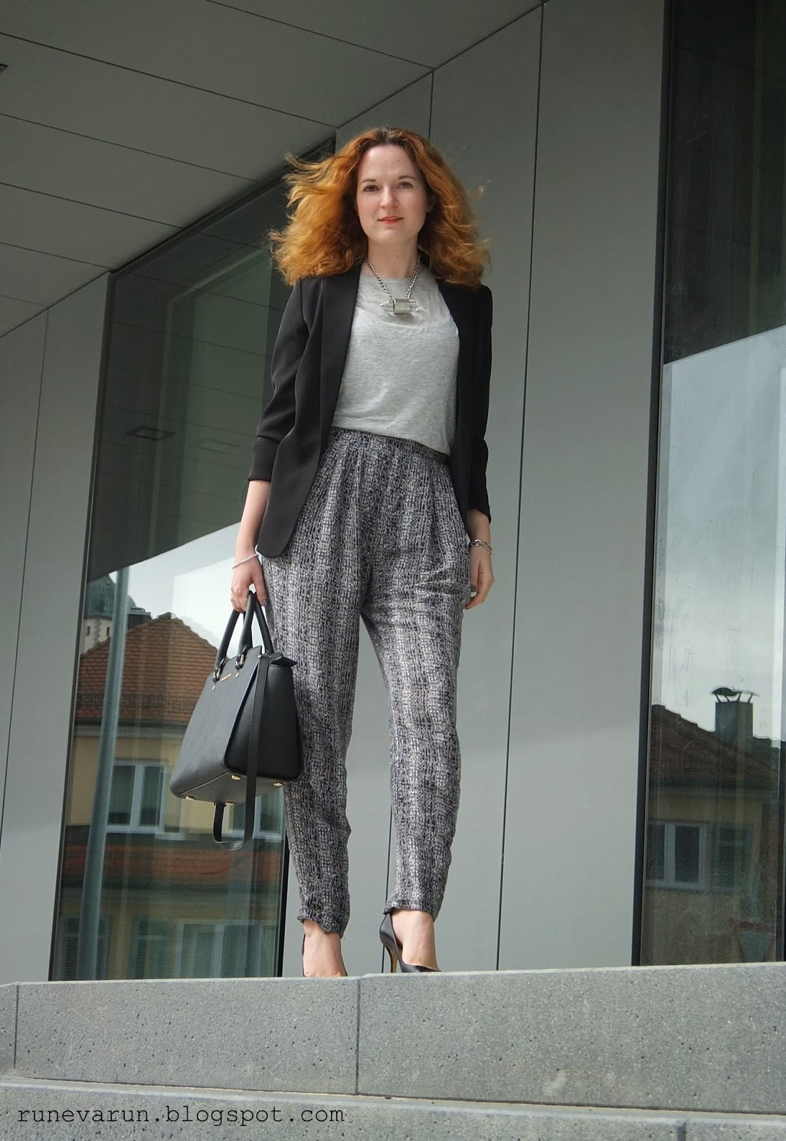 http://runevarun.blogspot.de/2015/04/ootd-jogg-pants-at-work.html